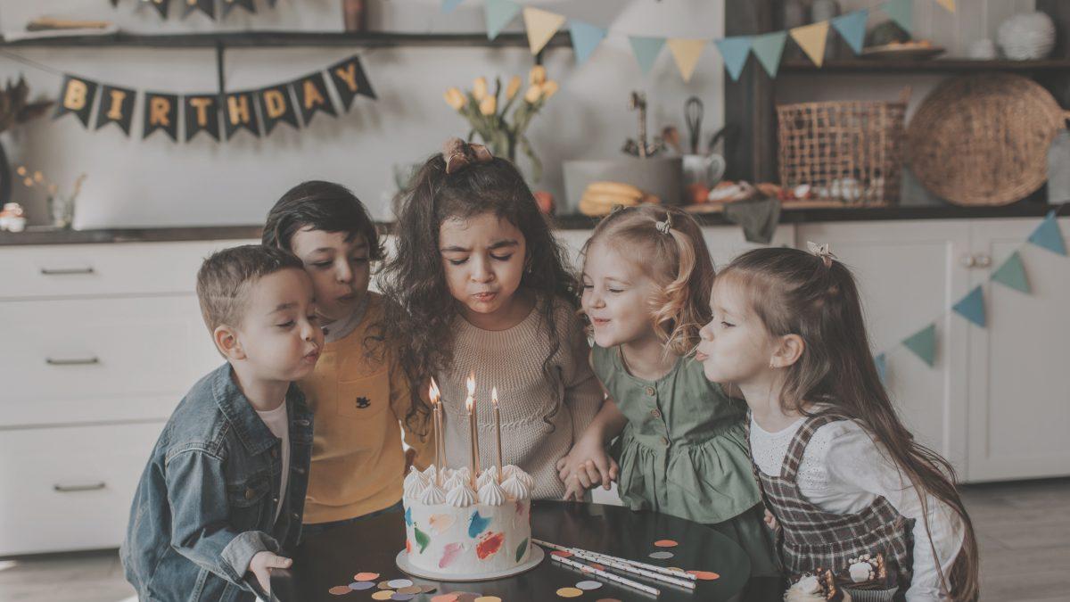Tips afval te verminderen tijdens een verjaardagsfeestje Melkhuisje kinderen die kaarsjes op taart uitblazen