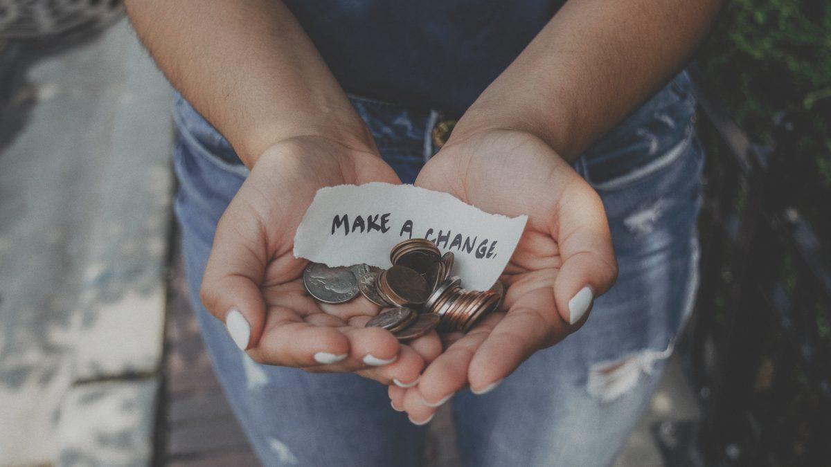 Melkhuisje ideeën voor geldinzamelacties vrouw met handjevol muntjes en papier met make a change