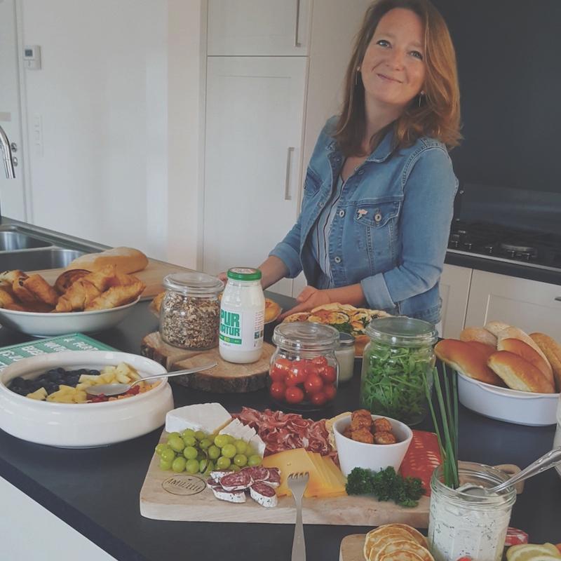 Ellen Amuzelle met tafel vol lekker eten voor het Melkhuisje