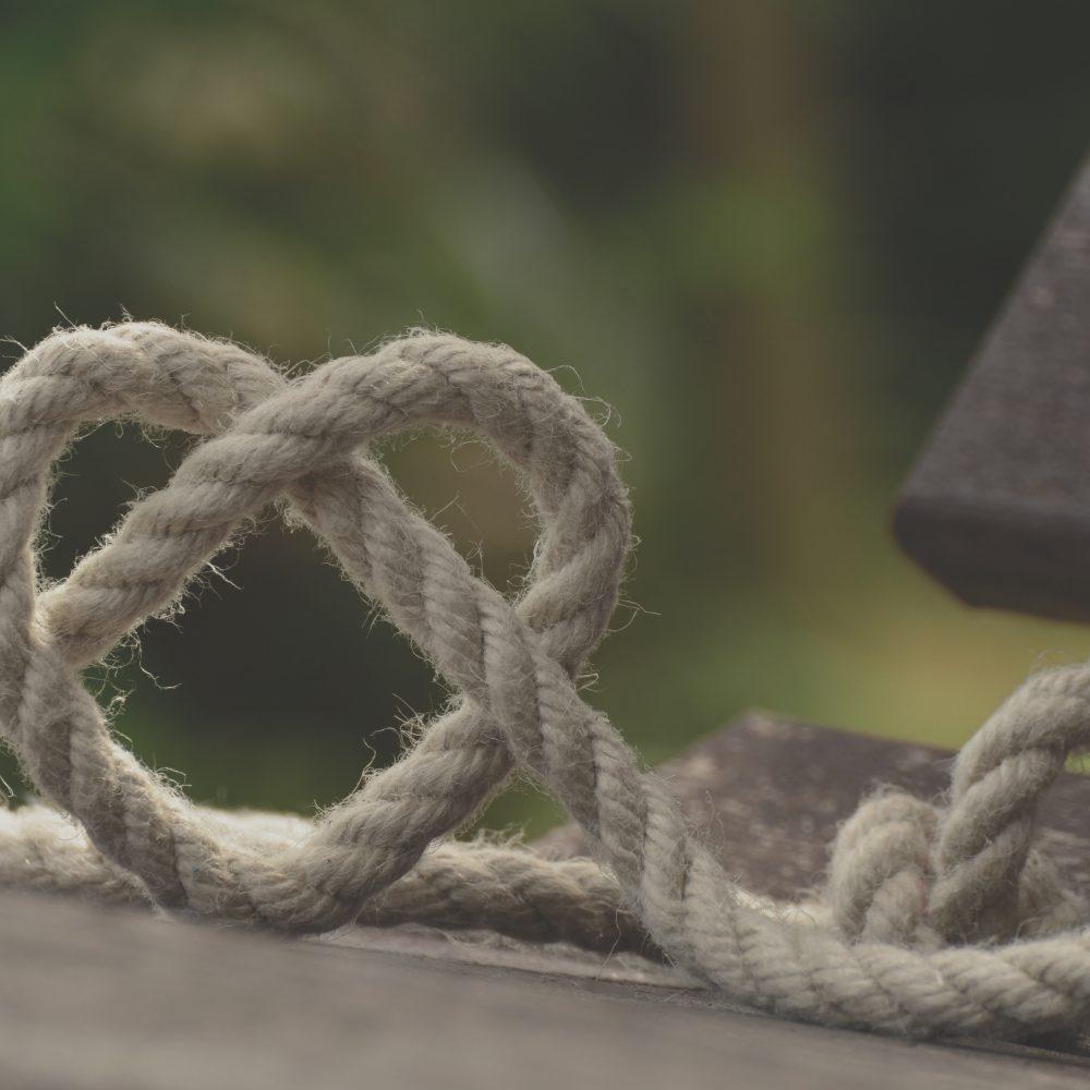 Touw in de vorm van hart verbinden doe je met je hart