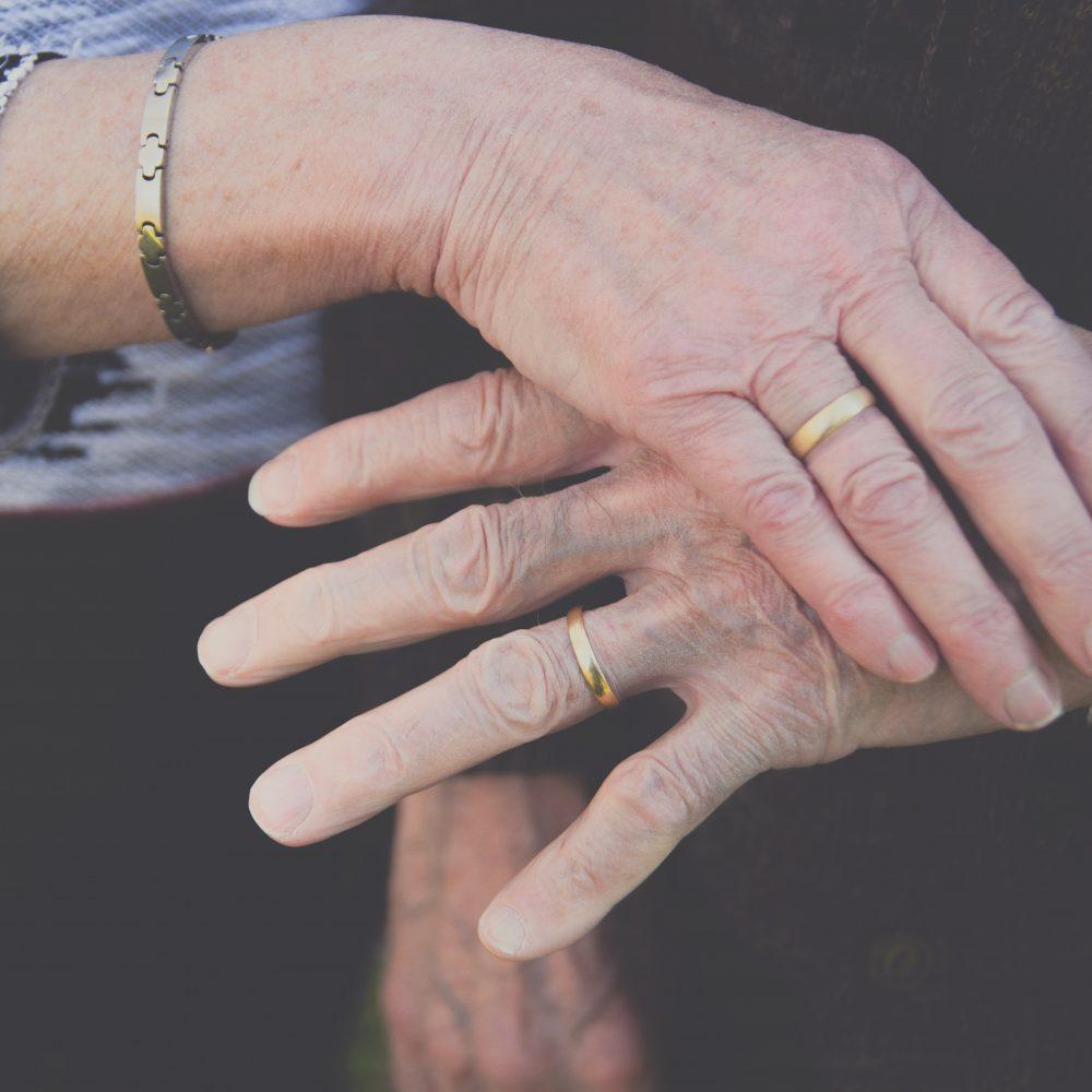 15 ideeën om huwelijksverjaardag te vieren ouder koppel houdt handen vast