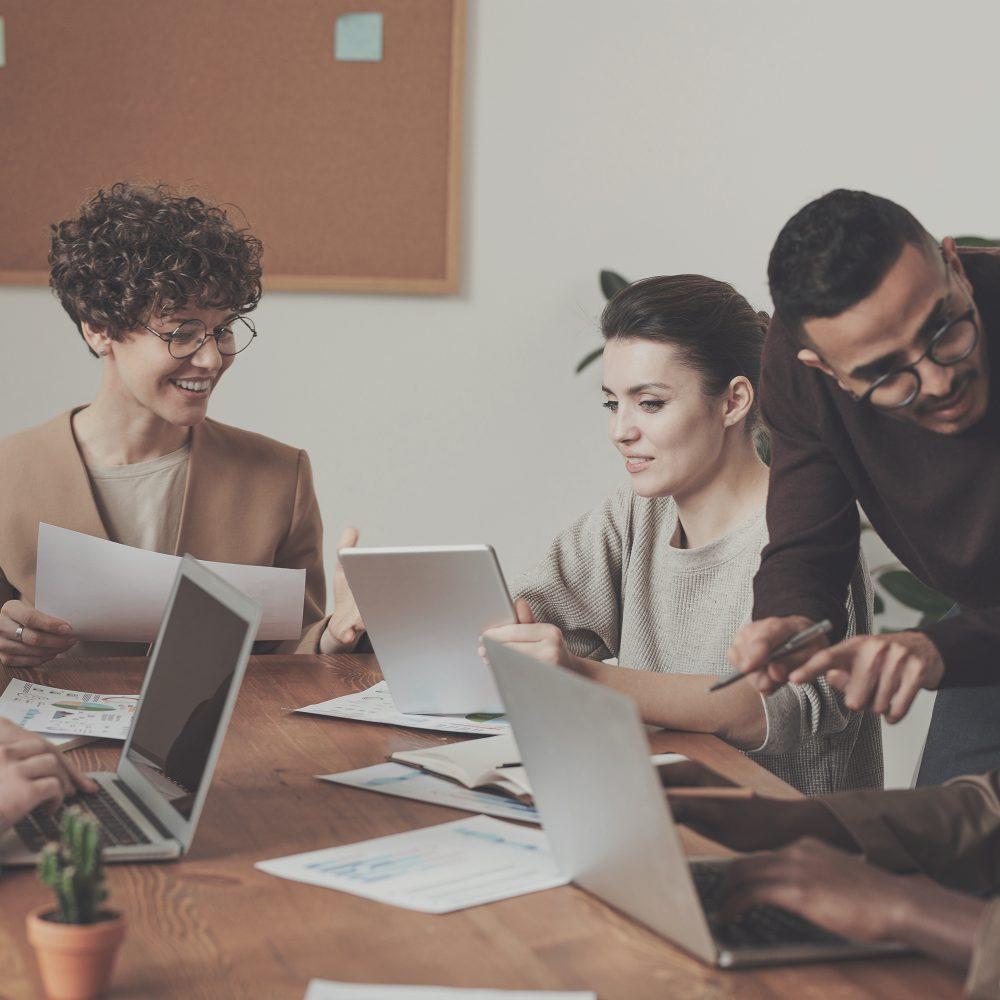 De kracht van verbinding in een werksfeer groep collega's aan tafel bij het Melkhuisje